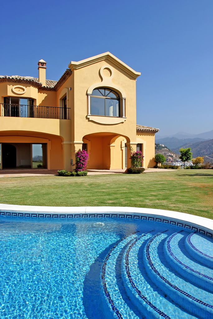 Spanish Villa with garden and swimming pool